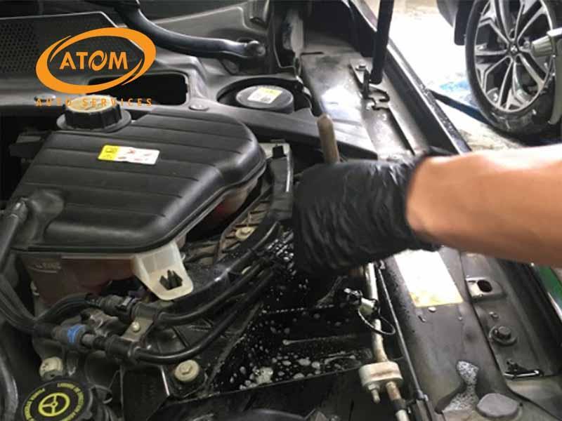 Vệ sinh khoang máy ô tô định kỳ giúp động cơ hoạt động ổn định và êm ái hơn