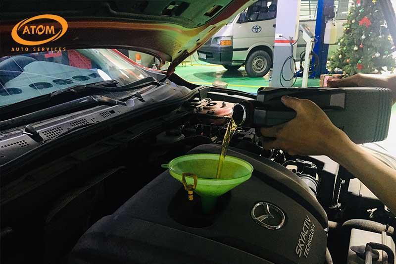 Cần thay dầu và cốc lọc dầu khi bảo dưỡng ô tô lần đầu