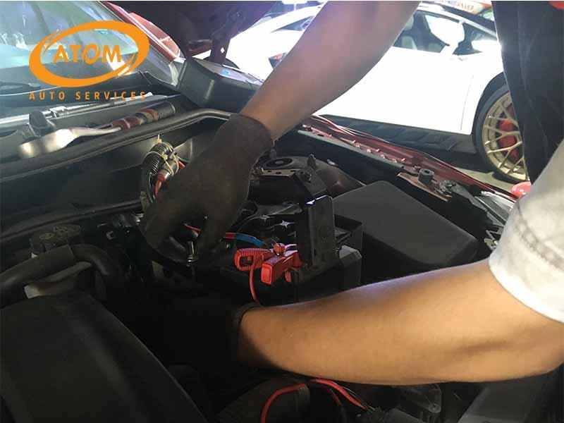 Tháo cọc bình ắc quy ô tô