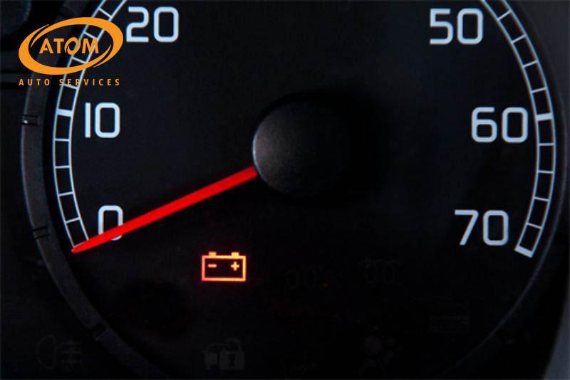 Khi ắc quy gặp vấn đề thì đèn cảnh báo trên đồng hồ taplo sẽ hiển thị cảnh báo