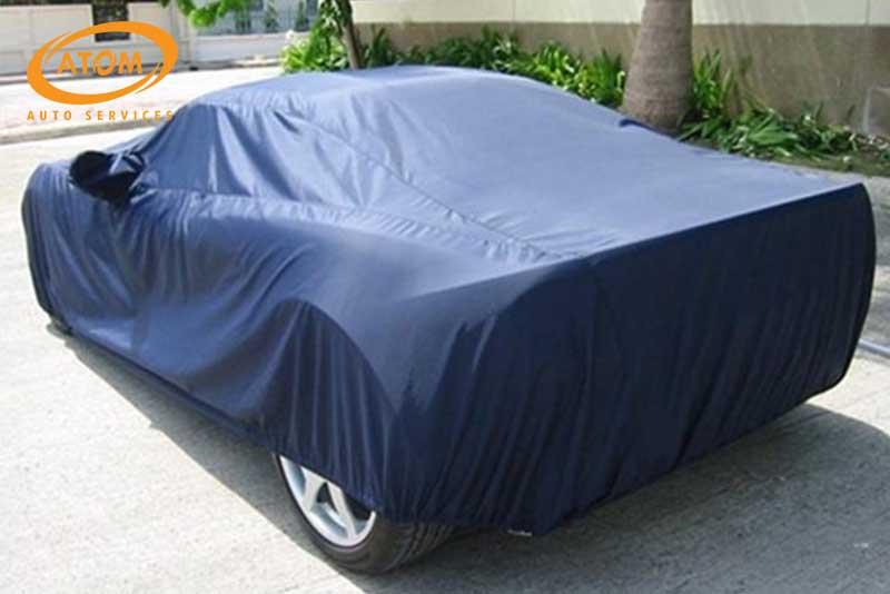 Khi đỗ xe ô tô dưới trời nắng, tài xế cần phủ bạt cách nhiệt cho xe