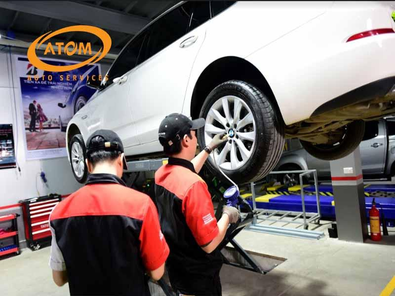 Bảo dưỡng ô tô định kỳ để kiểm tra hệ thống khung gầm và tình trạng các bộ phận tại Atom Auto Services