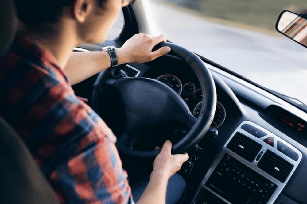 Xe bị rung lắc mạnh trên đường xấu là dấu hiệu cảnh báo bộ phận giảm xóc ô tô có vấn đề và cần bảo dưỡng