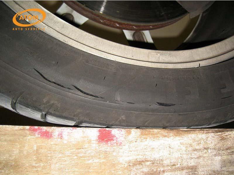 Thay lốp khi lốp đã có dấu hiệu lão hoá, nứt chân chim hay bị phồng