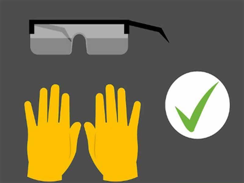 Cần trang bị găng tay và kính bảo vệ trước khi sạc bình ắc quy cho ô tô
