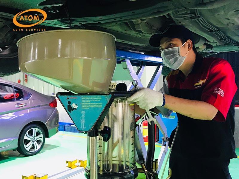 Nên thay dầu hộp số sàn ô tô tại các trung tâm - gara uy tín