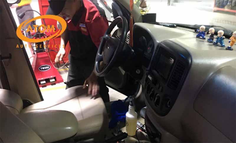 Quy trình vệ sinh nội thất ô tô tại Atom Auto Services được thực hiện nhanh chóng, hiệu quả và chính xác