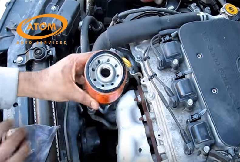 Thay cốc lọc dầu ô tô cho xe ô tô mới khi thay dầu lần đầu