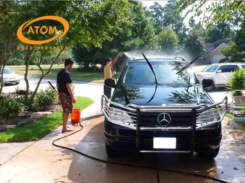 Rửa xe ô tô không đúng cách là nguyên nhân hàng đầu khiến sơn xe bị hư hại