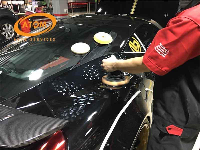 Đánh bóng bề mặt xe là bước quan trọng trong quy trình phủ Ceramic