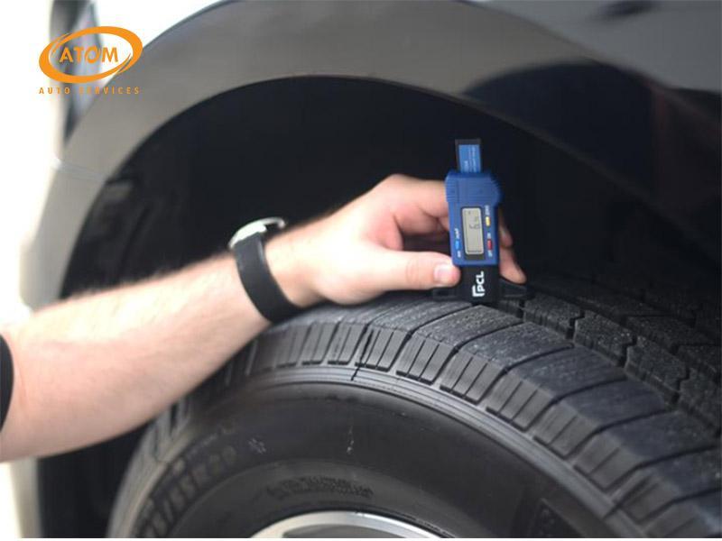 Sử dụng thước đo độ mòn hoa lốp chuyển dụng để có độ chính xác cao nhất