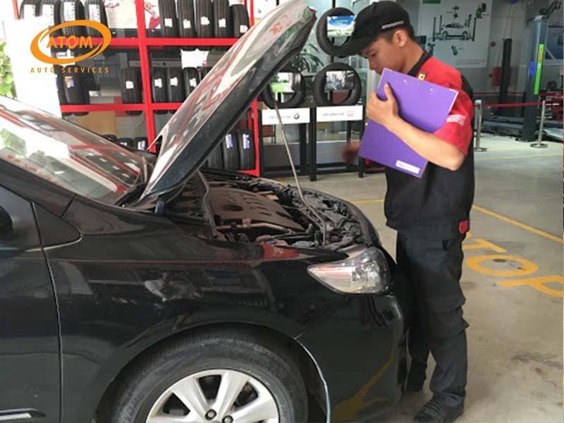 Kỹ thuật viên đánh giá tình trạng xe trước khi bảo dưỡng