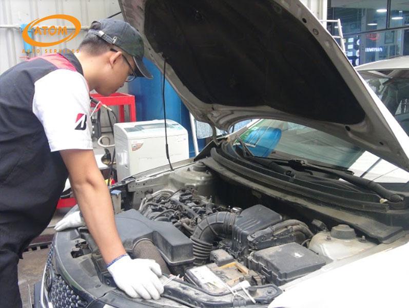 Kĩ thuật viên thực hiện kiểm tra tổng thê xe