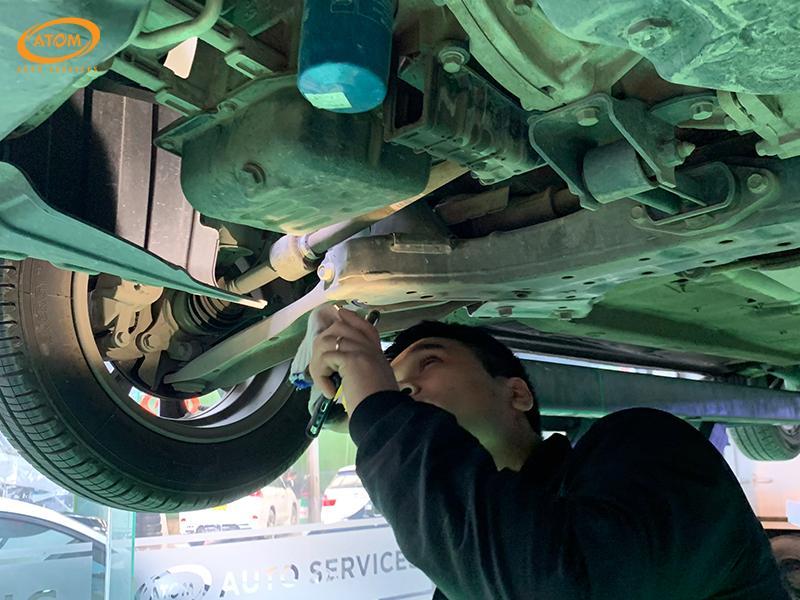 Hyundai I10 được bảo dưỡng định kỳ cấp 10.000km - Kiểm tra hệ thống khung gầm