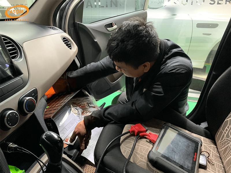 Hyundai I10 được bảo dưỡng định kỳ cấp 10.000km - Kiểm tra & vệ sinh lọc gió điều hòa
