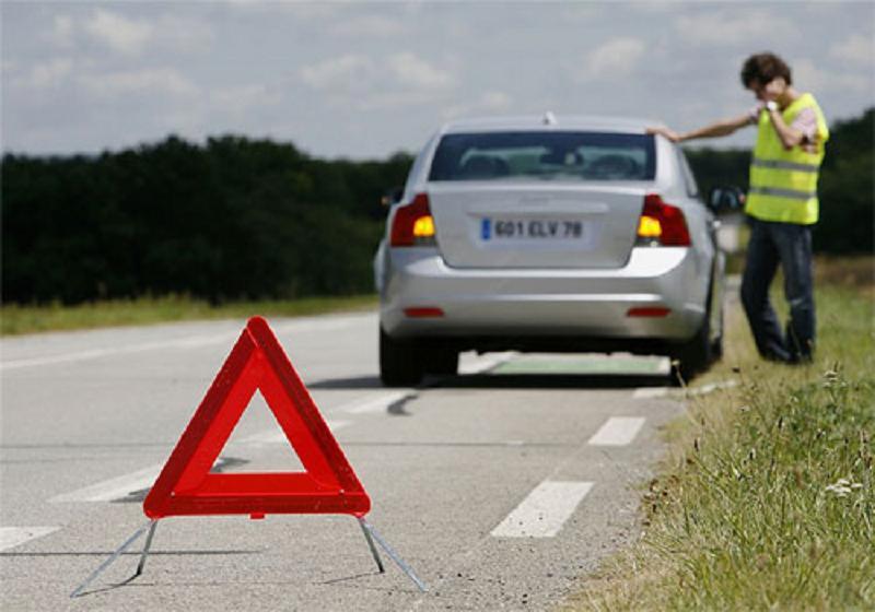Bật đèn cảnh báo trên xe và liên hệ với Atom Auto Services để được hỗ trợ