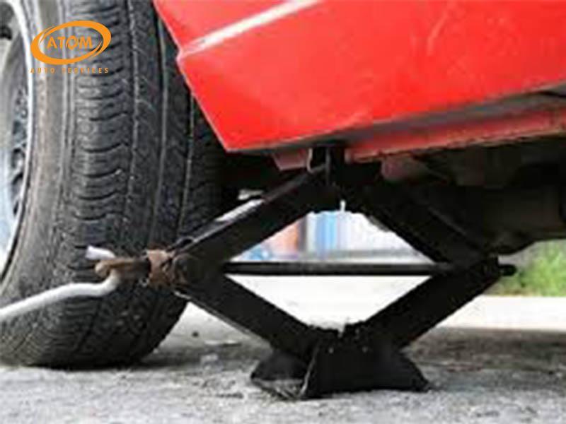 Sử dụng kích nâng xe đảm bảo đủ không gian để thao tác dưới gầm xe